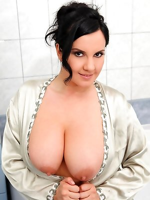 Roxana Sprays Her Juicy 34DD Jugs in the Tub